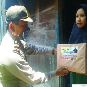 Kapolsek Junjung Sirih Iptu Satrialis, SH menyerahkan bantuan sembako kepada masyarakat. JON