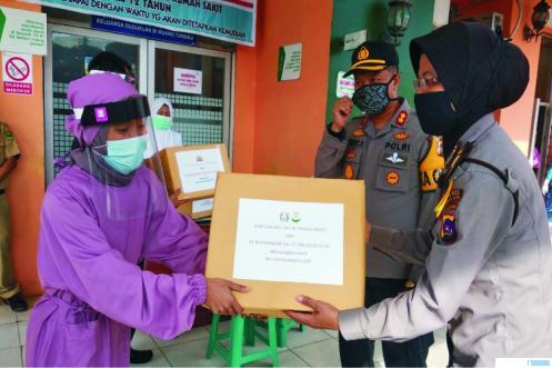 Polres Solok Kota memberikan bantuan APD kepada RSUD M Natsir dan Posko Covid-19 Bandar Pandung Kota Solok, Senin (13/04/2020). Bantuan langsung diantar oleh Kapolres Solok Kota AKBP Ferry Suwandi, SIK dan jajarannya.JON