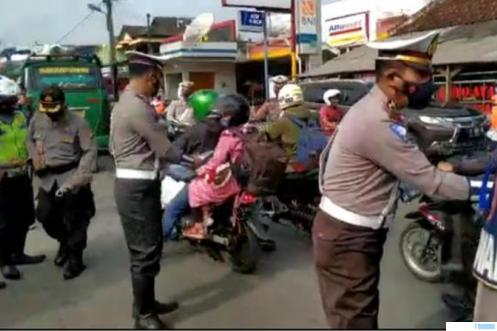 Pemerintah melarang mudik saat lebaran Hari Raya Idul Fitri 1442 H. Polisi melakukan sosialisasi atas aturan tersebut. NET