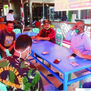 Ketua Tim Relawan Covid-19 Sungai Rumbai, Emrial dan anggota, bersama Ketua DPRD Pariyanto di Posko Covid-19 Pasar Sungai Rumbai, Kabupaten Dharmasraya. IST