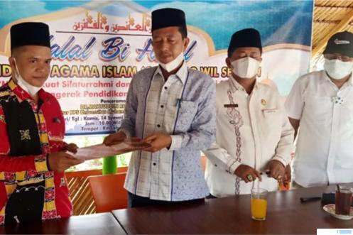 Direktur PPs UM Sumbar Dr. Mahyudin Ritonga, MA dan Wakil Bupati Pasbar H. Risnawanto serah terima naskah MoU kerja sama antara PPs UM Sumbar dengan Pemkab Pasbar. IST