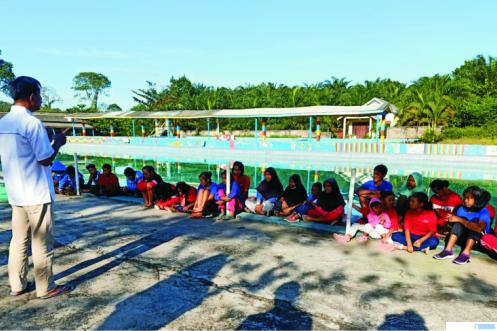 Ketua Umum PRSI Sumbar, Mulyadi, didampingi Sekretaris Umum, Nafrizal, Ketua PRSI Dharmasraya Syamwil, memberikan pengarahan kepada para atlet renang Dharmasraya. (di)
