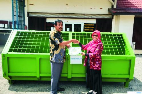 Komisaris PT. Kali Dareh Prima Mandiri, H Zulfikar Atut St. Pangulu Bosau menyerahkan CSR berupa kontainer sampah, penjepit sampah dan masker kepada Dinas Lingkungan Hidup Dharmasraya. DI