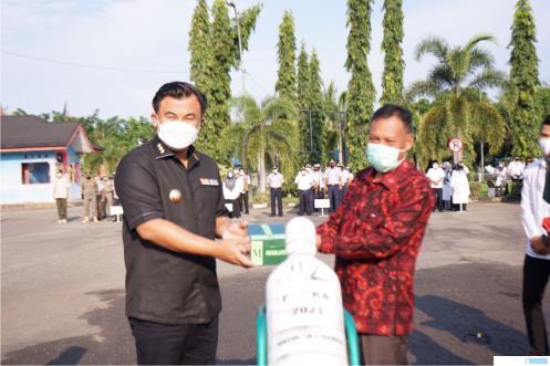 Wakil manajemen PT. TKA Nadar menyerahkan tabung oksigen dan regulator kepada Bupati Dharmasraya Sutan Riska Tuanku Kerajaan di Halaman Kantor Bupati Dharmasraya, Rabu (22/09/2021). IST
