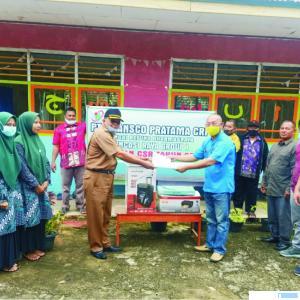 Manager Factory PT. Transco Pratama Rudi Wijaya didampingi Wakil Manajemen Frengky Satria dan Waki Nagari Koto Baru Z Lubis saat menyerahkan bantuan peralatan kongsi kematian Masjid Taqwa Sungai Betung. DI