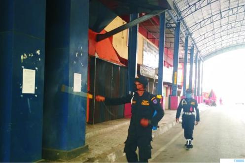 Tim Gugus Tugas Covid-19 Kota Payakumbuh menyemprotkan cairan disinfektan secara rutin ke seluruh lorong toko di Pasar Pusat Pertokoan Payakumbuh yang ditutup total selama 5 hari (4-8 Mai 2020). ERZ