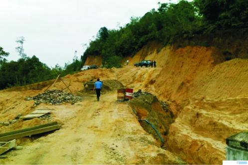 Kondisi pembukaan jalan di Gelugur Kecamatan Kapur IX Kabupaten Limapuluh Kota beberapa waktu lalu. NET