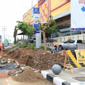 Proyek pedestrian tahap II Jl. Sudirman, Payakumbuh yang dibiayai dengan APBD Kota Payakumbuh Tahun 2021. NET