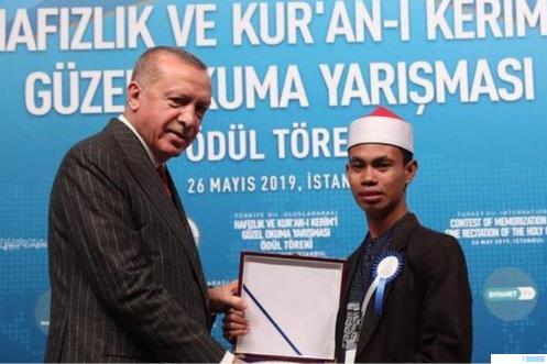 Syamsuri Firdaus Juara I MTQ Internasional diundang secara khusus dan menerima penghargaan dari Presiden Turki, Erdogan. Hari ini,  Sabtu (10-04-2021) Syamsuri akan hadir di Ponpes Ma'arif As Sa'adiyah memberikan motivasi Al-Quran. NET