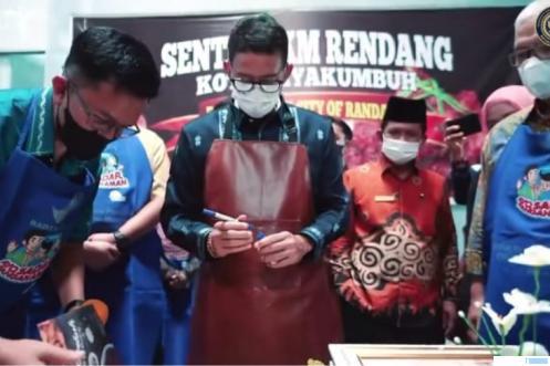 Menteri Pariwisata dan Ekonomi Kreatif (Menparekraf) Sandiaga Salahuddin Uno didampingi Wakil Walikota Payakumbuh Erwin Yunaz saat berkunjung ke Sentra IKM Randang Kota Payakumbuh, beberapa hari lalu. IST