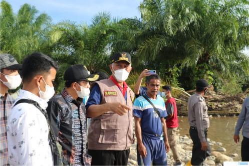 Gubernur Sumbar Mahyeldi berkunjung langsung ke daerah yang terkena musibah banjir di Kecamatan Ranah Ampek Hulu Tapan, Kabupaten Pesisir Selatan, Sabtu (29/05/2021). DOK. KOMINFO SUMBAR