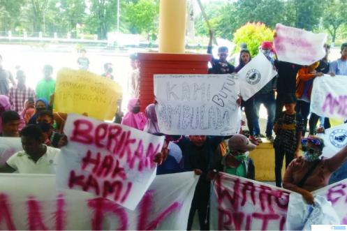 Aksi unjuk rasa ratusan masyarakat Sikilang, Nagari Sungai Aur, Kecamatan Sungai Aur, Kabupaten Pasbar, Rabu (29/07/2020) di Kantor DPRD dan Kantor Bupati Pasbar. RIZAL