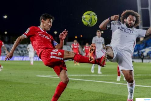 Pemain Real Madrid susah payah menghadapi perlawanan sengit dari pemain Sevilla dalam lanjutan La Liga Spanyol, Senin (10/05/2021) dini hari WIB. Hasil akhir 2-2. NET