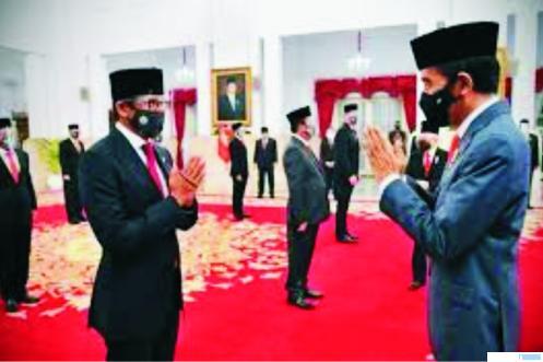 Presiden RI Jokowi memberi selamat kepada Sandiaga Uno setelah dilantik sebagai salah seorang menteri, Kamis (23/12/2020) di Istana Negara, Jakarta. NET