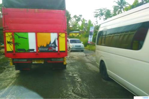 Antrean kendaraan yang melewati jalan provinsi yang rusak parah di wilayah Lareh Sago Halaban, Kabupaten Limapuluh Kota, Minggu (29/11/2020). ERZ
