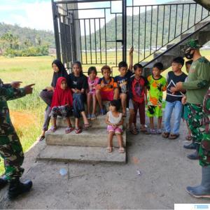 Personel Satgas TTMD Ke-111 Kodim 0306/50 Kota memberikan edukasi kepada anak-anak Nagari Talang Maur, Kecamatan Mungka, Kabupaten Limapuluh Kota, Senin (05/07/2021). DOK. SATGAS TMMD