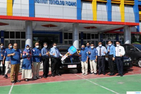 Menyerahan hibah mobil oleh Dirut Bank Nagari M. Irsyad kepada Ketua Yayasan ITP Zulfa Eff Uli Ras, yang juga didampingi Rektor ITP Dr. Ir. Hendri Nofrianto, MT, Senin (07/06/2021). DOK/ITP