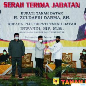 Bupati Tanah Datar Zuldafri Darma melakukan serahterima jabatan dengan Sekda Kabupaten Tanah Datar Irwandi yang ditunjuk sebagai Plh. Bupati, Rabu (17/02/2021) di Gedung Nasional, Batusangkar. HUMAS