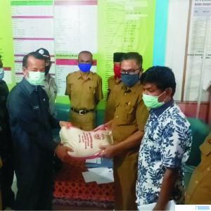 Sekdakab Solok Azwirman secara simbolis menyerahkan bantuan pangan tahap I untuk masyarakat Kecamatan Junjung Sirih, Kabupaten Solok, Senin (04/05/2020). JON