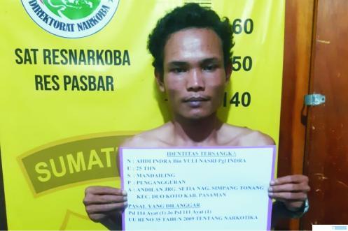 Al (25) ditangkap Satnarkoba Polres Pasbar, karena menyimpan 22 paket kecil narkoba golongan I jenis ganja.  RIZAL