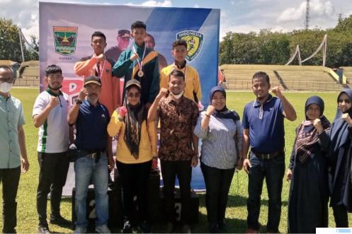 Farid Athalah Afriani setelah dikalungkan medali emas cabang lompat tinggi di ajang Popda Sumbar 2021, Selasa (15/06/2021) di GOR Agussalim Padang. IST