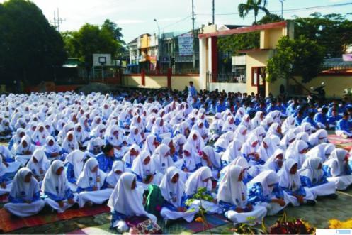 Salah satu sekolah di Sumbar yang seluruh siswinya berjilbab ke sekolah. Sumbar yang dikenal dengan daerah Minangkabau memiliki falsafah adat basandi syarak, syarak basandi kitabullah. Berjilbab di sekolah merupakan salah satu aplikasi dari falsafah tersebut. NET