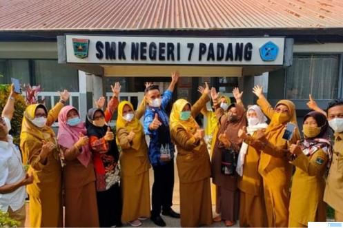 Dirjen Pendidikan Vokasi Wikan Sakarinto, ST, M.Sc, Ph.D, saat berkunjung di SMKN 7 Padang Selasa (05/10/2021) sore disambut Kepala Sekolah Ir. Herawati dan para majelis guru. IST
