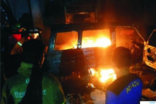 1 unit mobil Kijang dan pompa SPBU Saok Laweh  Kecamatan Kubung Kabupaten Solok terbakar, Sabtu (15/08/2020) pukul 03.30 WIB dini hari. Asal api diduga dari mobil kijang BA 1976 WR bermuatan puluhan jerigen minyak premium. BT1