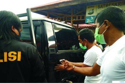 I (35) tersangka spesialis pencuri mobil pick up L 300 dan YR (44) tersangka penadah, saat dihadirkan oleh Polres Limapuluh Kota dalam rilis kasus, Senin (12/10/2020). JON