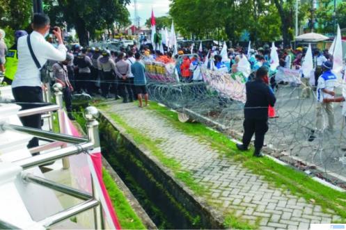 Mahasiswa dan buruh yang berunjuk rasa di DPRD Sumbar menolak UU Cipta Kerja, Senin (02/11/2020). Massa pengunjuk rasa di DPRD Sumbar diterima oleh Supardi, Ketua DPRD Sumbar. IST