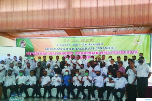 Wali Nagari peserta Musda Perwanaliko bersama dengan Bupati Limapuluh Kota Safaruddin Dt. Bandaro Rajo di sela-sela Musda, Rabu (03/03/2021). ERZ