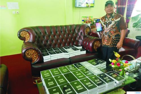 M Yusuf Lubis, Kepala SMPN 1 Harau, Kabupaten Limapuluh Kota menunjukkan ratusan smartphone yang diadakan sekolah tersebut untuk menunjang proses pembelajaran jarak jauh (PPJ) bagi siswa dari keluarga kurang mampu. NITA