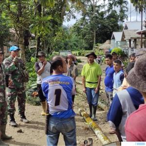 TNI dan masyarakat Nagari Talang Maur Kecamatan Mungka Kabupaten Mungka bergotong royong dalam kegiatan Pra TMMD ke-111 Tahun 2021 Kodim 0306/50 Kota, Sabtu (29/05/2021). IST