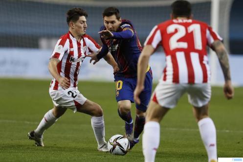 Kapten Barcelona Lionel Messi berupaya melewati hadangan pemain Bilbao, Senin (18/01/2021) dinihari WIB. Dalam laga final Piala Super Spanyol ini Barcelona takluk 2-3 dari Bilbao. NET