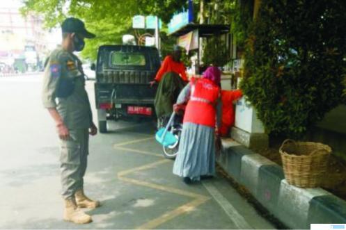 Warga Payakumbuh yang terkena sanksi yustisi karena kedapatan tidak memakai masker, Rabu (14/10/2020). HUMAS