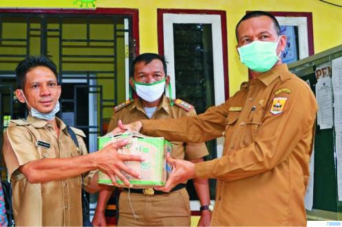 Serahterima kiriman bantuan perantau Kota Pariaman berupa cairan handsanitizer dan masker, Selasa (14/04/2020). DINKOMINFO