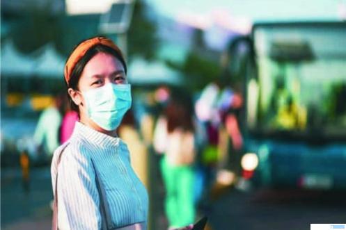 Warga pakai masker. Walikota Padang mewajibkan setiap warga Kota Padang dan pendatang pakai masker, mulai Senin (06/04/2020). Bagi yang melanggar akan dikenakan denda. Ini untuk mencegah penyebaran virus corona. NET