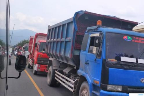Kemacetan panjang di Jl.Raya Padang-Bukittinggi tepatnya di kawasan Lubuk Alung, Kabupaten Padang Pariaman. Penyebabnya ada perbaikan jalan di KM 32-33 berupa penambalan aspal. ERZ