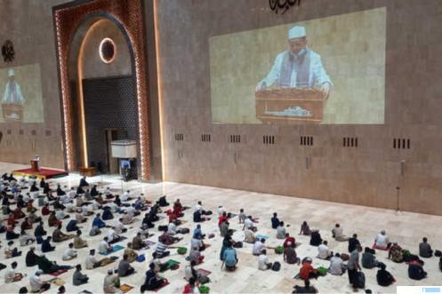 Pelaksanaan shalat tarawih di Masjid Istiqlal, Jakarta, Senin (12/4). Masjid Istiqlal kembali menggelar pelaksanaan shalat tarawih berjamaah pada 1 Ramadhan 1442 Hijriah dengan menerapkan protokol kesehatan serta pembatasan jumlah maksimal 2.000 jamaah. NET