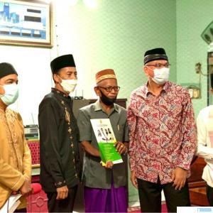 Tim Safari Ramadhan (TSR) Pemerintah Provinsi Sumatera Barat mengunjungi Mesjid Muhsinin Tiakar, Kecamatan Payakumbuh Timur, Sabtu (17/04/2021) malam. Hadir juga bersama rombongan Walikota Payakumbuh Riza Falepi. IST
