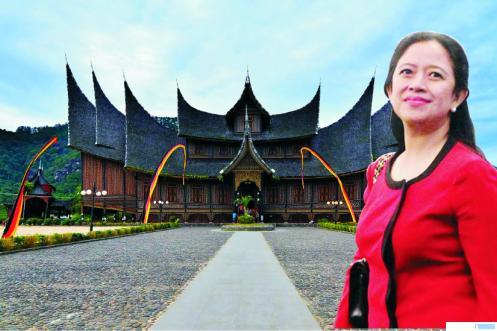 Puan Maharani dengan latar belakang Istano Pagaruyuang. JNC