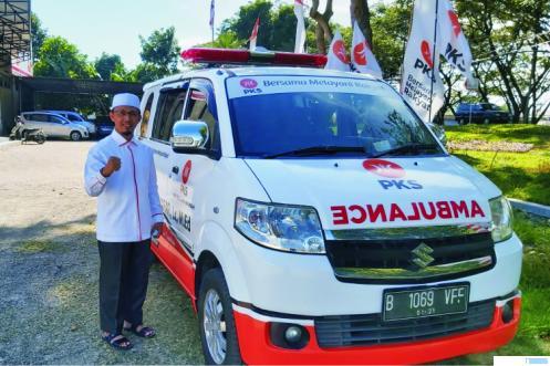 Ustadz Irsyad Syafar, Lc, M.Ed saat meluncurkan mobil ambulancenya yang akan ditempatkan di Kota Payakumbuh. NITA