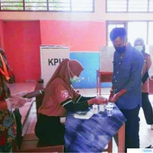 Wakil Bupati Dharmasraya H Amrizal Dt.Rajo Medan bersama isterinya Feby Novita Amrizal, memberikan hak suara di TPS 19 Sungai Kambut Pulau Punjung, Rabu (09/12/2020). DI