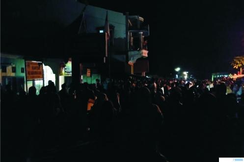 Kondisi Kantor Wali Nagari Ampang Kuranji Kecamatan Koto Baru Kabupaten Dharmasraya, pada Kamis (28/05/2020) malam. Kaum Mak Mak yang tidak masuk namanya dalam penerima BLT mendatangi kantor wali nagari setempat mengajukan protes. ist