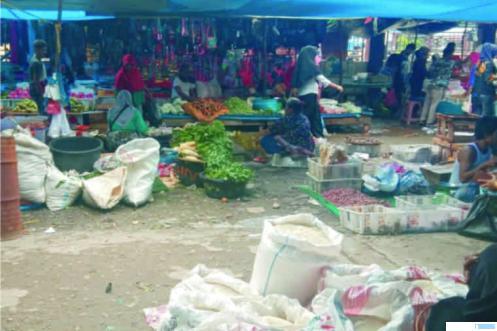Suasana salah satu pasar di Kabupaten Dharmasraya. Perekonomian masyarakat kecil mulai terdampak oleh wabah virus corona. NET
