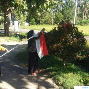 Warga Jorong Talang, Nagari Talang Maur, Kecamatan Mungka, Kabupaten Limapuluh Kota menaikkan bendera dalam rangka memperingati Hari Lahir Pancasila, Selasa, 01 Juni 2021. IST