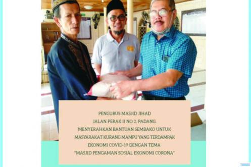 Indra Syarif, Ketua Panitia Pengaman Sosial Masjid Jihad Kampung Perak (MJP) Padang, disaksikan Ketua MJP Miko Kamal, Ph.D menyerahkan bantuan kepada masyarakat yang terkena dampak ekonominya oleh kasus wabah corona. IST