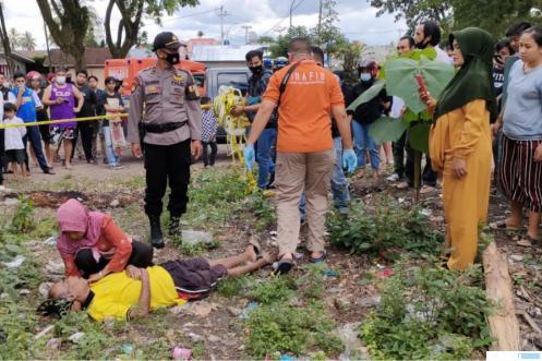 Evakuasi jenazah Zainal Abidin oleh petugas kepolisian Polsek Kota Payakumbuh dan petugas kesehatan, Minggu (27/06/2021) siang di Komplek GOR M Yamin, Payakumbuh. IST