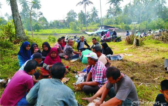 Warga Koto Baru Balai Janggo makan bersama setelah goro pandam perkuburan. IST