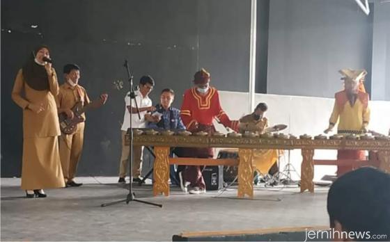 Dirjen Pendidikan Vokasi, Wikan, Ph.D sempat memainkan keyboard dengan mahir di Medan Nan Balinduang SMKN 7 Padang. IST